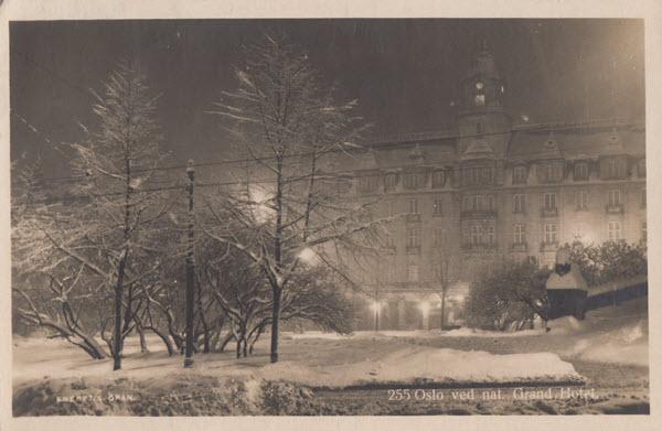 Oslo ved nat. Grand Hotel.