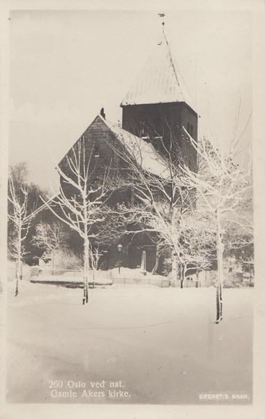 Oslo ved nat. Gamle Akers kirke.