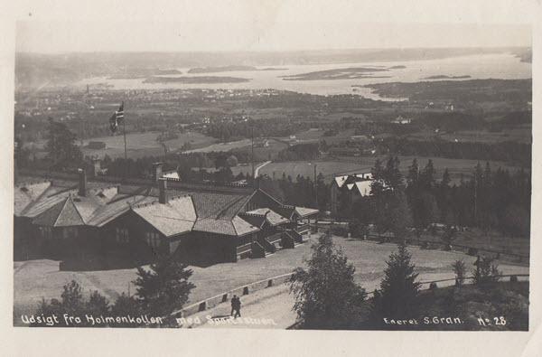 Utsikt fra Holmenkollen med Sportsstuen.