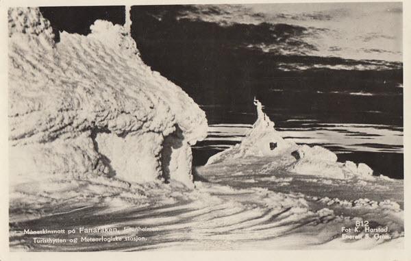 Måneskinsnatt på Fanaråken. Jotunheimen. Turisthytten og Meteorlogiske stasjon.